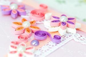 närbild av rosa quilling papper blommor foto