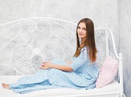 härlig ung kvinna i vårklänningen foto