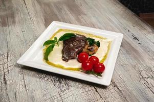 grillad nötköttbiff med tomater och svamp foto