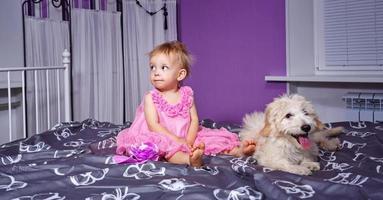 liten flicka och hund foto