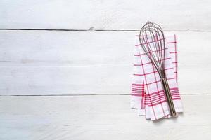 kök handduk bakgrund med visp foto
