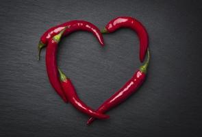 röd chilipepparhjärta för alla hjärtans dag. foto