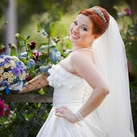 vackra härliga röda hår unga bruden som har kul. foto