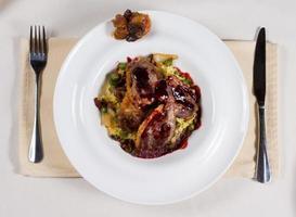 stekt nötkött och sås med blandade grönsaker foto