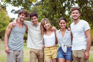 glada vänner i en park foto
