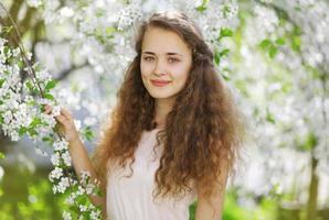 söt leende flicka utomhus, solig vårporträtt ung flicka, cu foto