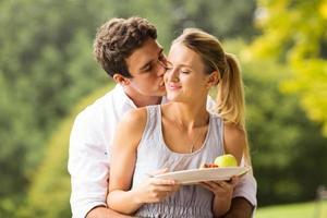 ung man kyssande flickvän foto