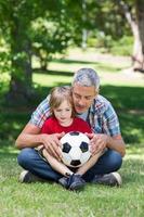 lycklig far med sin son i parken foto