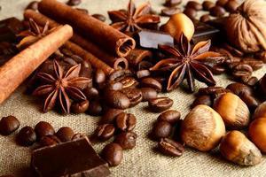 aromatiskt sortiment av choklad, kaffe, anis och kanel på l foto