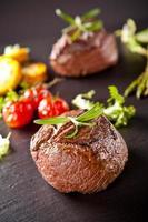 färsk nötköttbiff på svart sten foto