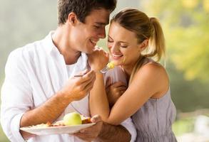 unga par äter frukost foto