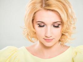 kvinna med slutna ögon foto