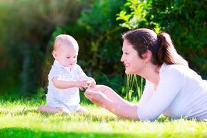 mamma och lilla bebis i trädgården foto