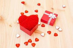 låda med en söt röd stickad valentins hjärta foto