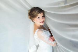 bruden poserar i ett hotellrum foto