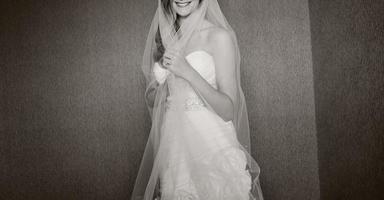 ung elegant brud som bär vacker bröllopsklänning.