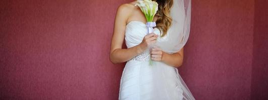 ung elegant brud som bär vacker bröllopsklänning. foto