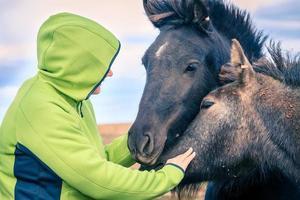 kvinna med isländska ponnyer