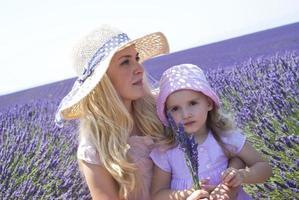 mamma med dotter i lavendelfält foto