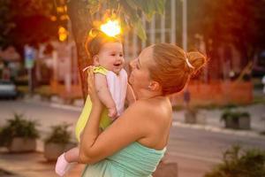 lekfull mor och dotter foto