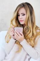 porträtt av bedårande kvinna med vackert friskt långt hår foto