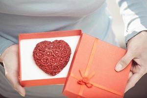 kvinna med romantisk tårta foto