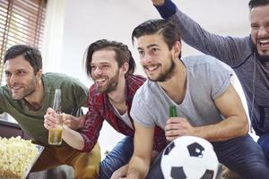 stora känslor medan du tittar på fotbollsmatch foto