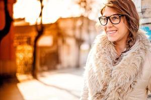 vacker kvinna utomhus foto