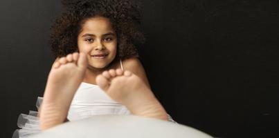 porträtt av en leende balettdansör foto