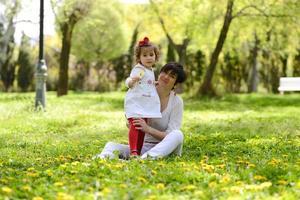 mamma och liten flicka som leker i parken