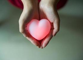 hjärta i händerna foto