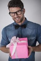 mode hipster med rosa gåva foto