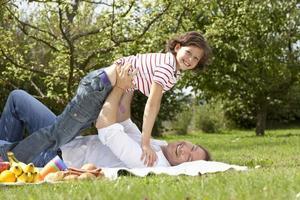 Tyskland, Bayern, far och dotter ha kul på picknick, leende
