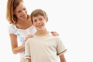 porträtt av en ung pojke med kvinna på vit foto