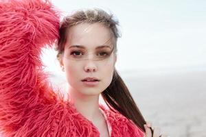 porträtt av vacker flicka närbild, vind fladdrande hår foto