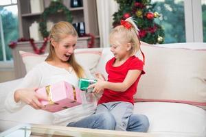 söt dotter och mamma firar jul foto