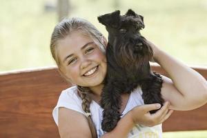 ung flicka med hund foto