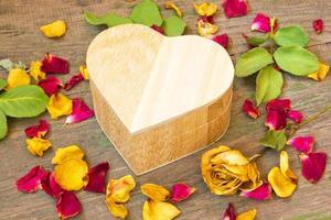 låda med en gåva för alla hjärtans dag på nära håll foto