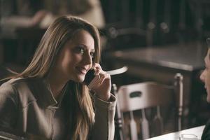 säker kvinna som har ett telefonsamtal foto