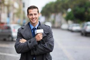 självsäker nyhetsreporter utomhus i regnet foto