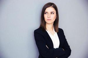 ung allvarlig affärskvinna med vikta armar foto