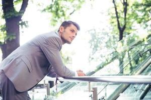 porträtt av en tankeväckande affärsman utomhus foto