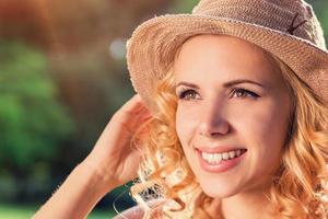 vacker kvinna i sommar natur