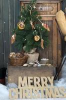 julgran i en festlig interiör foto