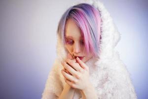 ovanlig tjej med rosa hår, känner mig kallt i päls foto