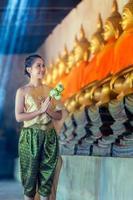 thai kvinna i traditionell dräkt foto