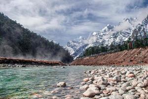 flod med snötäckta berg foto