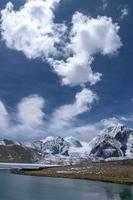 snöklädda berg under en blå himmel