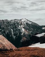 snötäckta berg under en molnig himmel