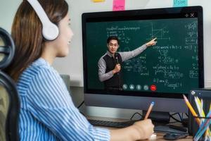 bakifrån av asiatisk student som lär sig online foto